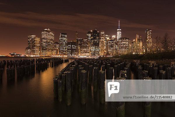 USA  New York  Blick von Brooklyn nach Manhattan bei Nacht