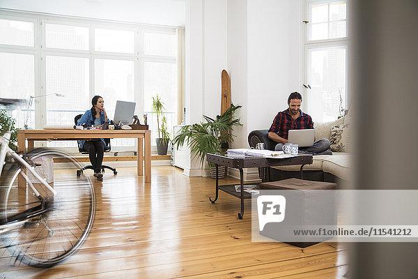 Zwei kreative Geschäftsleute im informellen Büro