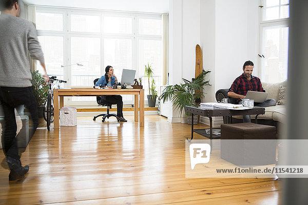 Drei kreative Geschäftsleute im informellen Büro