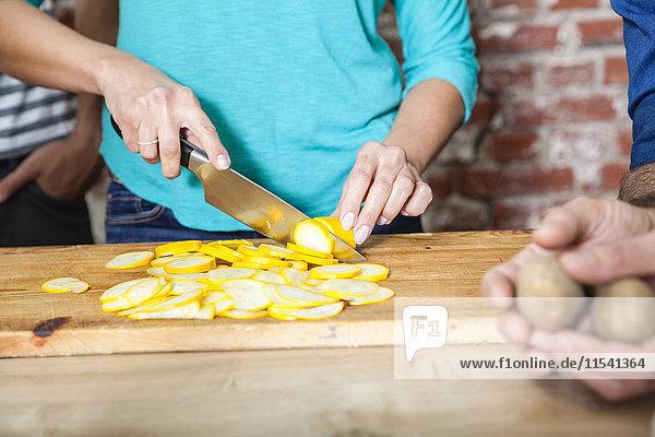 Gelbe Zucchini in Scheiben schneiden
