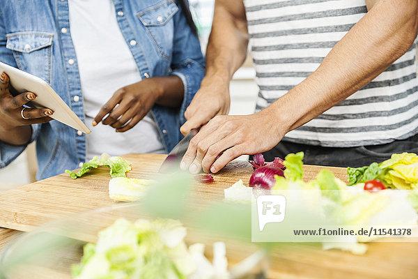 Zubereitung des Salats auf dem Schneidebrett