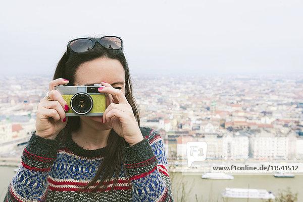 Ungarn  Budapest  Frau beim Fotografieren von Gellert Hill