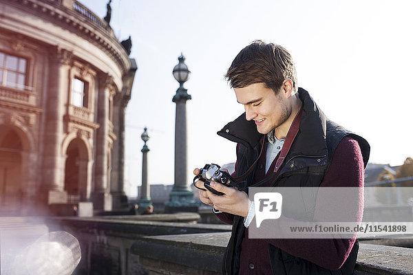 Deutschland  Berlin  junger Mann mit Blick auf die Kamera im Bode-Museum