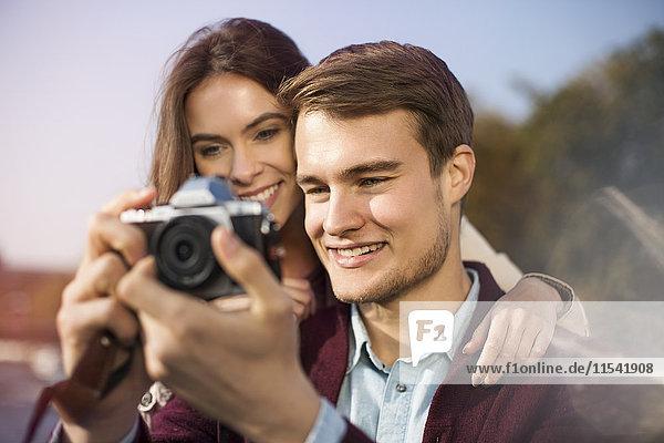 Junges Paar schaut in die Kamera
