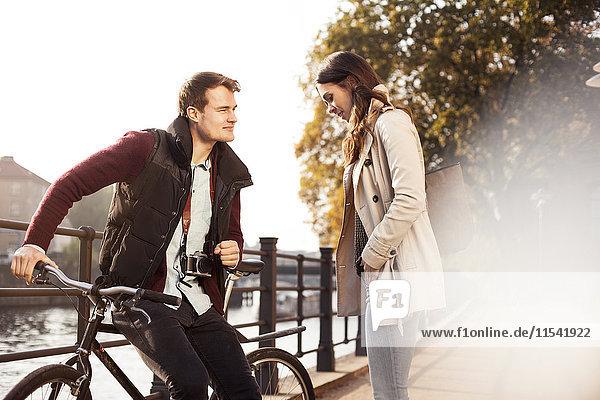 Deutschland  Berlin  junges Paar an der Spree