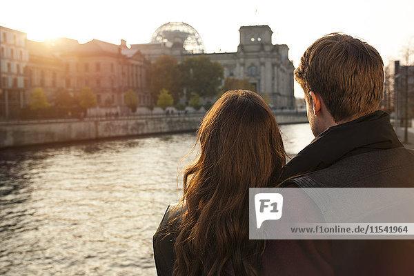 Deutschland  Berlin  junges Paar an der Spree mit Blick auf den Reichstag