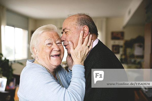 Liebevolles Seniorenpaar zu Hause