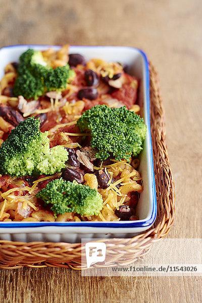 Makkaroni  Brokkoli  Kidneybohnen  Tomatensauce  Zwiebeln und Knoblauch in der Auflaufform Makkaroni, Brokkoli, Kidneybohnen, Tomatensauce, Zwiebeln und Knoblauch in der Auflaufform