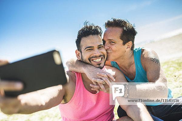 Homosexuell Paar nimmt Selfie mit Smartphone