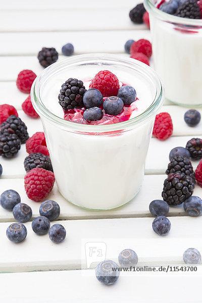 Gläser griechischer Joghurt mit Beeren