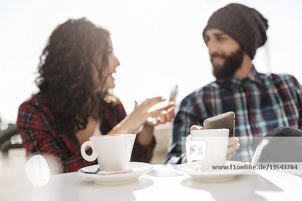 Junges Pärchen im Straßencafé