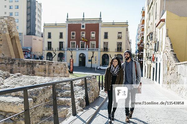 Spanien  Tarragona  Junges Paar beim Spaziergang durch die Stadt