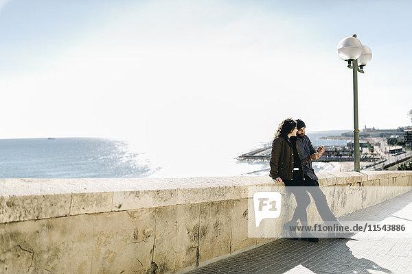 Spanien  Tarragona  Städtereise  junges Paar im Gespräch