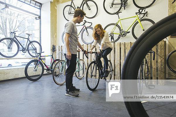 Kunde testet Rennrad in einem Fahrradladen nach Maß
