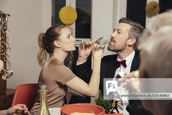 Ein Paar trinkt auf eine enge Freundschaft an Silvester.