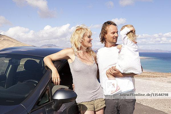 Spanien  Fuerteventura  Jandia  glückliche Familie mit Auto an der Küste