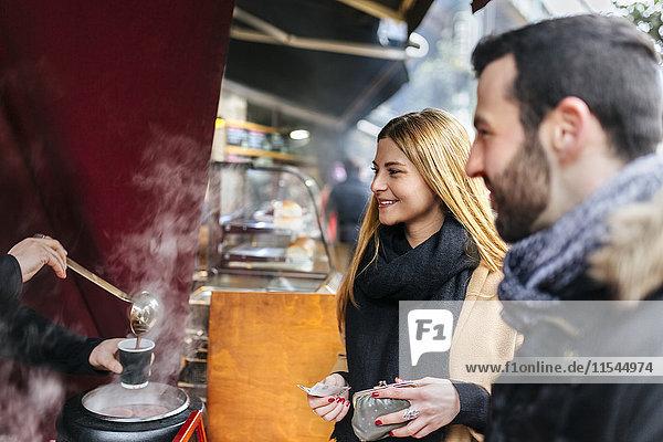 UK  London  Junges Paar versucht Punsch am Marktstand