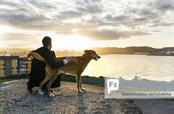 Spanien  Gijon  Mann und Hund in der Abenddämmerung Spanien, Gijon, Mann und Hund in der Abenddämmerung