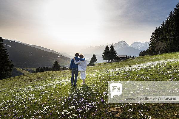 Österreich  Tirol  Paar auf der Alm