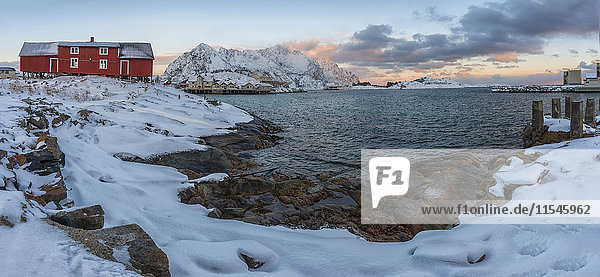 Norwegen  Lofoten  Henningsvajer Stadt bei Sonnenuntergang im Winter