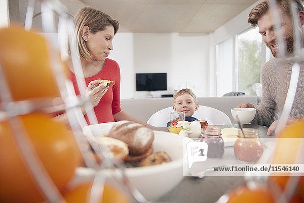 Familie mit Sohn beim Frühstück