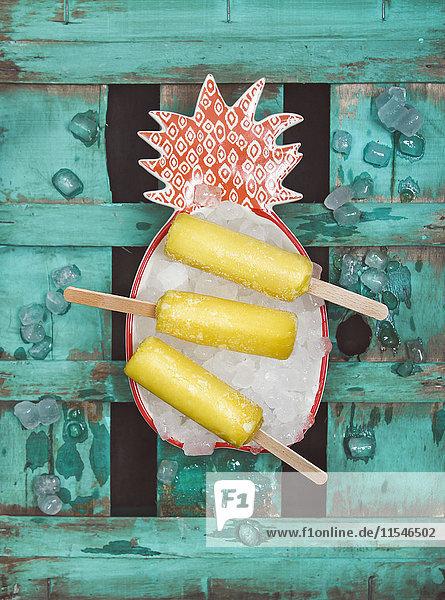 Drei Ananas-Eis-Lollies