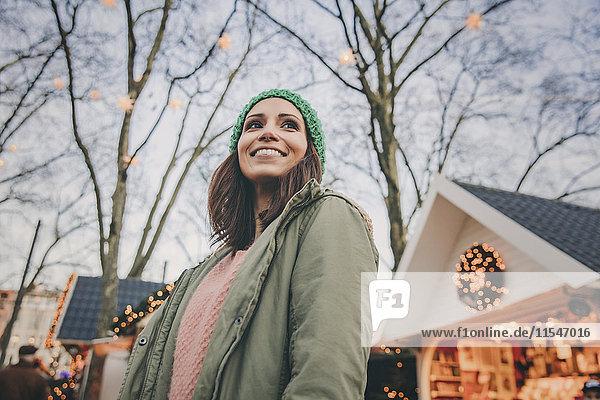 Frau schaut sich auf dem Weihnachtsmarkt um