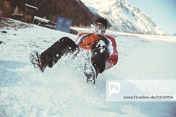 Italien  Vinschgau  Slingia  Schlittenfahren auf einem verschneiten Hügel