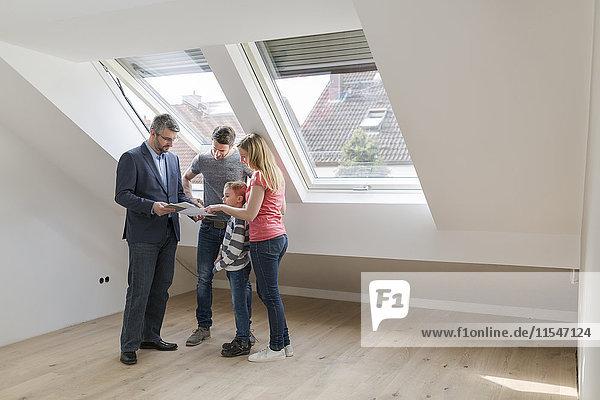 Immobilienmakler zeigt Familienbauplan eines Penthauses