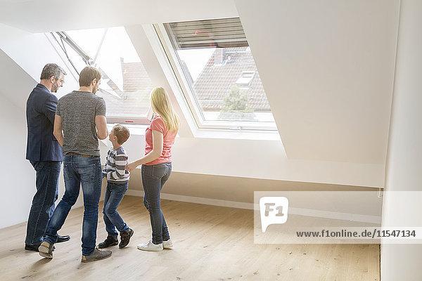 Immobilienmakler zeigt Familie ein Penthouse