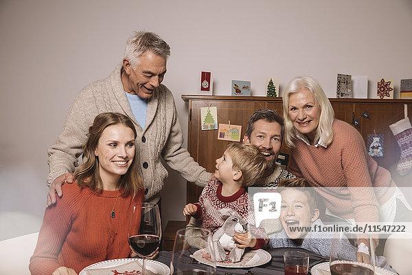 Glückliche Familie von drei Generationen beim Weihnachtsessen