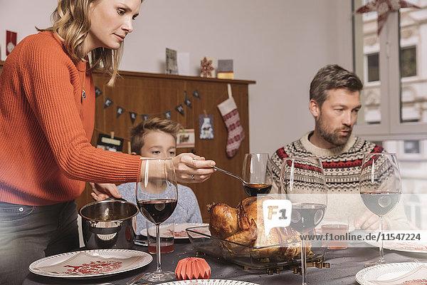 Familie vor dem Weihnachtsessen