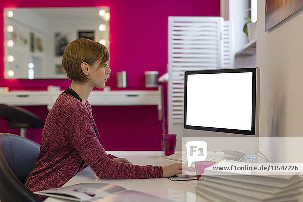 Frau bei der Arbeit am PC  Seitenansicht