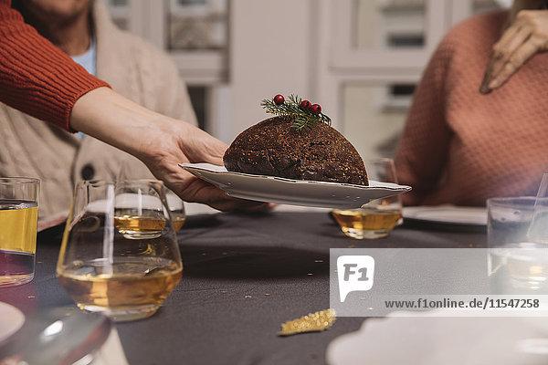 Nahaufnahme von Weihnachtspudding auf dem Tisch