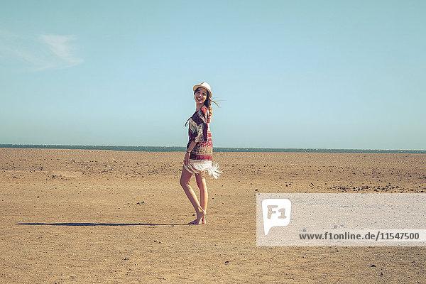 Spanien  Teneriffa  junge Frau im Sand unterwegs Spanien, Teneriffa, junge Frau im Sand unterwegs