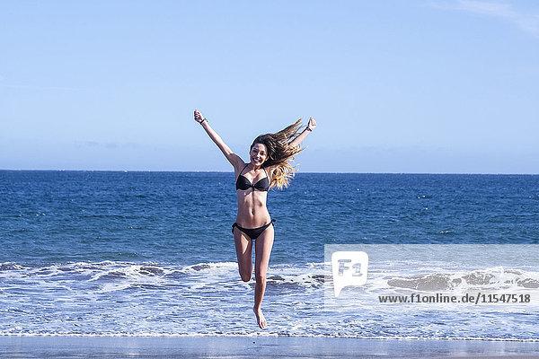 Spanien  Teneriffa  glückliche junge Frau am Meer Spanien, Teneriffa, glückliche junge Frau am Meer
