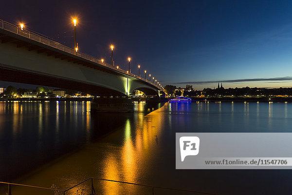 Deutschland  Bonn  Blick auf die beleuchtete Kennedybrücke