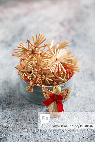 Weihnachtsschmuck  Strohsterne und Engelsfiguren