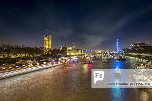 UK  London  Blick auf die Themse mit Palace of Westminster und London Eye bei Nacht
