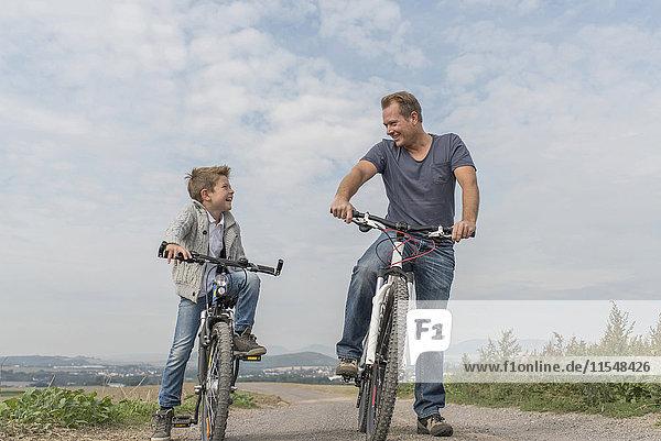 Deutschland  Rheinland-Pfalz  kleiner Junge auf Fahrradtour mit seinem Vater