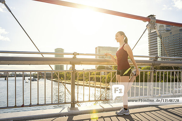 Deutschland  Frankfurt  Nachwuchssportler auf der Brücke
