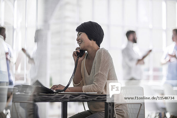 Frau im Stadtbüro beim Telefonieren
