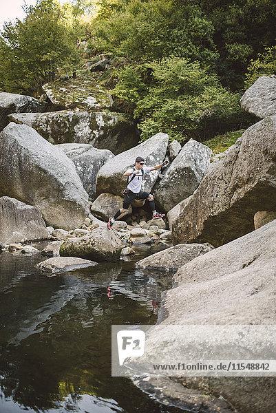 Spanien  A Capela  Ultra Trail Runner über einen Fluss