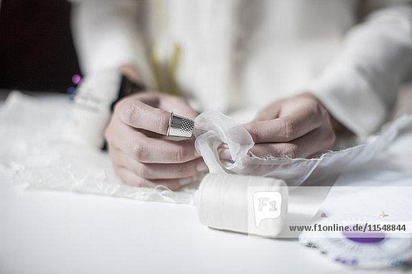 Brautkleid-Designer bei der Arbeit  Handarbeit Brautkleid-Designer bei der Arbeit, Handarbeit