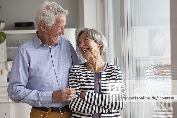 Lachendes Seniorenpaar zu Hause
