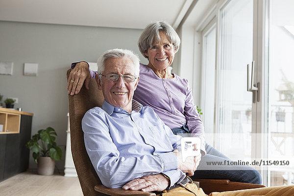 Glückliches Seniorenpaar zu Hause