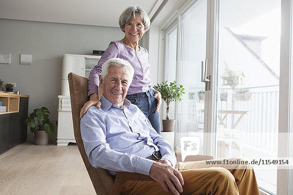 Porträt eines entspannten Seniorenpaares zu Hause