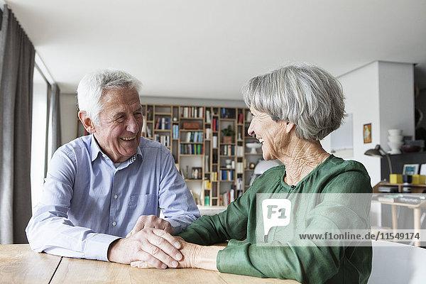 Glückliches Seniorenpaar mit Spaß zu Hause