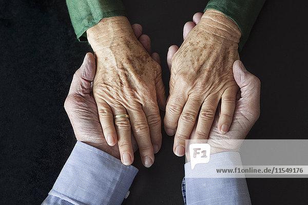 Seniorenpaar  Händchen haltend  Nahaufnahme