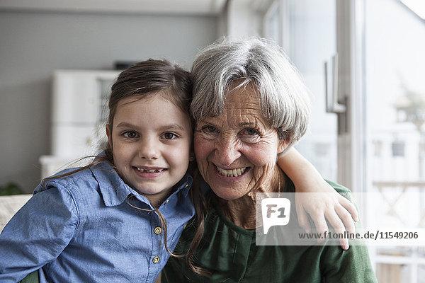 Porträt der glücklichen Großmutter und ihrer Enkelin zu Hause